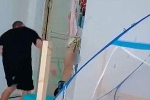 Phẫn nộ clip người đàn ông treo ngược bé trai lên cửa rồi đánh đập dã man