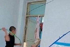 Người đàn ông treo ngược bé trai lên cửa nhà rồi đánh tới tấp