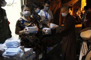 Hà Nội, Cần Thơ : Các chùa tổ chức phóng sanh, tặng quà người nghèo
