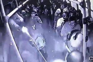 Đấu súng kinh hoàng giữa cảnh sát và cướp trên xe bus Mexico