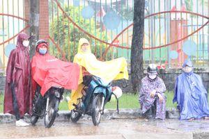 Xúc động phụ huynh TP.HCM dầm mưa chờ con trước cổng trường thi