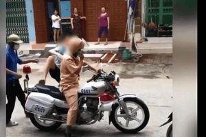 Ngủ quên trước giờ thi, nam sinh được CSGT cùng tình nguyện viên cắt cửa đưa đến trường