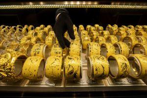 Giá vàng tăng kỷ lục, cha mẹ Trung Quốc căng thẳng khi con kết hôn