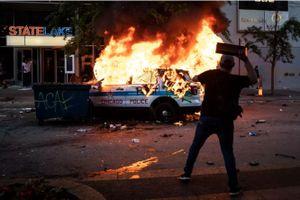 Mỹ: Hàng trăm người đụng độ cảnh sát, đập phá cửa hàng ở Chicago
