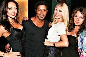 Ronaldinho bị tố tiệc tùng với người mẫu khi chịu quản thúc