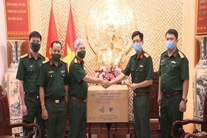 Nhà máy Z176 trao 2.400 khẩu trang kháng khuẩn tặng Báo Quân đội nhân dân