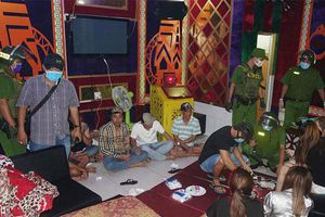 An Giang: Đột kích quán karaoke, phát hiện quản lý và nhân viên lẫn khách sử dụng ma túy