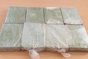 Kiểm tra xe khách phát hiện 2 đối tượng vận chuyển 8 bánh heroin ở Lai Châu