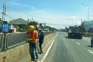 Khẩn trương lắp lại tấm chống lóa trên QL1 qua Bình Thuận