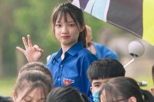 Nữ tình nguyện viên phố núi gây sốt cộng đồng mạng trong kỳ thi tốt nghiệp THPT