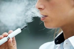 Không chỉ những bệnh nền, mà hút vape cũng tăng nguy cơ nhiễm COVID-19
