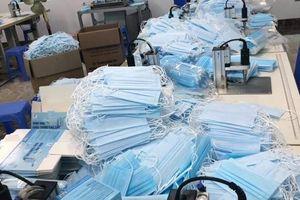 Hà Nội: Phát hiện một cơ sở đang sản xuất khẩu trang y tế không rõ nguồn gốc