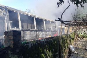 'Bà hỏa' ghé thăm bãi xe tự phát, thiêu rụi 6 xe chở công nhân