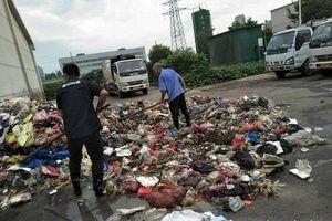 Lục tìm hơn 8 tấn rác, công nhân vệ sinh tìm thấy giấy báo trúng tuyển đại học bị mất cho nam sinh