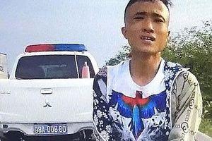 Bị CSGT 'tuýt còi', nam thanh niên vứt xe máy bỏ chạy