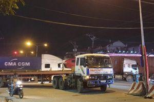 Bé trai 2 tuổi bị container cán tử vong khi đi bán vé số