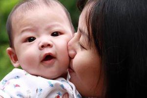 4 kiểu người tuyệt đối không cho hôn trẻ, nếu không hậu quả khó lường