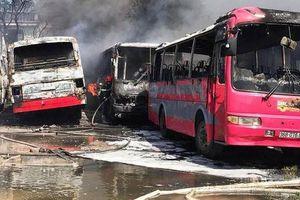 Thanh Hóa: Cháy dữ dội tại bãi giữ xe, 6 xe ô tô khách bị thiêu rụi