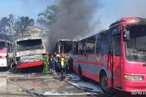 6 xe ô tô chở công nhân bị 'bà hỏa' thiêu rụi tại bãi xe tự phát