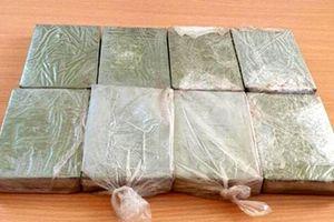 Công an Lai Châu bắt 2 đối tượng vận chuyển 8 bánh heroin trên xe khách