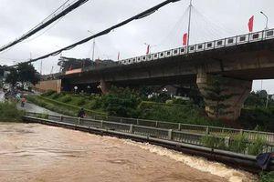 Mưa lớn, cầu Đắk Nông bị ngập lụt