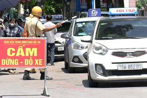 Hàng dài taxi đón, trả khách ngay trước biển cấm đỗ xe