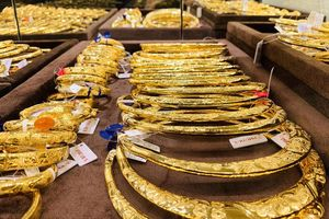 Tăng vọt 12 triệu, giảm sâu 15 triệu/lượng: Run sợ khi lướt vàng