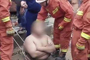 Nghịch dại, người đàn ông béo phì nhảy xuống giếng và nhận kết 'đắng'