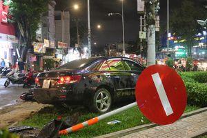 Ô tô con đâm hàng loạt xe máy khiến nhiều người bị thương