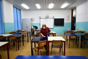 Trường học Italia mở cửa trở lại với… cưa