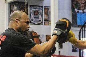 Roy Jones thể hiện sức mạnh trước khi đấu Mike Tyson