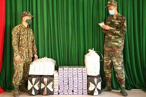 Thấy lực lượng Biên phòng, dân buôn lậu vứt bỏ 1.500 gói thuốc lá ngoại