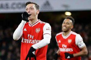 Mesut Ozil tuyên bố sẽ không rời Arsenal trước năm 2021