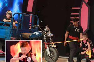 Cậu bé 10 tuổi nhảy xuống thủy tinh, dùng răng kéo Lê Giang và xe lôi gần 900kg