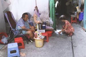 Vợ điếc, chồng mù sống trong căn nhà 1m2 giữa Sài Gòn: 'Bây giờ có tiền, vào viện cũng không ai chăm nuôi...'