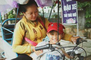 Bé trai 9 tuổi đi bán vé số khắp Sài Gòn kiếm tiền chữa bệnh cho người mẹ tật nguyền