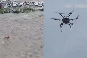 Dùng drone giải cứu 2 người bị mắc kẹt giữa sông ở Trung Quốc