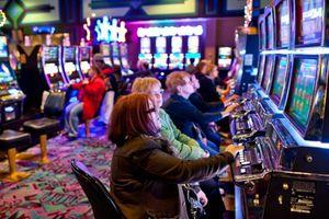 Bé gái 12 tuổi bị bắt khi được mẹ đưa vào casino đánh bạc ở Australia