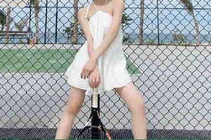 Linh Ka gây khó hiểu khi mặc váy yếm đi chơi tennis