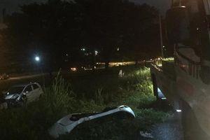 Tin giao thông sáng 15/8: Ô tô lao xuống bãi đất trống bên xa lộ, tài xế xe chở công nhân mắc kẹt trên ghế lái sau va chạm với container