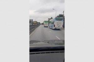 Kinh hoàng cảnh 2 xe khách chèn ép nhau trên quốc lộ