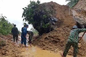 Mưa lớn ở Lào Cai, tảng đá cực lớn đổ sụp chắn ngang đường