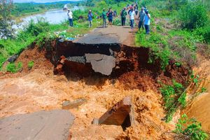 Ruộng lúa chìm trong nước lũ, hỏng đường dân sinh Đắk Lắk