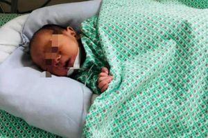 Sức khỏe bé sơ sinh bị bỏ rơi giữa 2 khe tường ở Gia Lâm hiện ra sao?