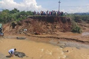 Sạt lở nghiêm trọng, hơn 500 hộ dân ở Đắk Lắk bị cô lập do mưa lớn kéo dài