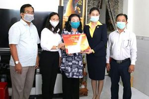 Chương trình 'Mai vàng nhân ái' thăm và tặng quà 2 nghệ sĩ ở Cần Thơ