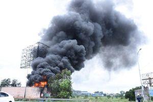 Hai xe tec chở xăng dầu bốc cháy, thiêu rụi cả kho bãi ở Hải Phòng