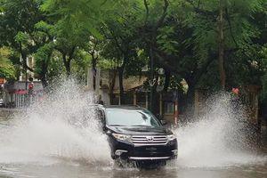 Sau trận mưa lớn, Hà Nội ngập sâu tại một số khu vực nội thành