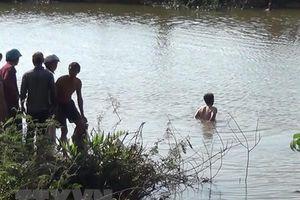 Trốn mẹ đang ngủ trưa ra hồ chơi, 2 chị em đuối nước thương tâm