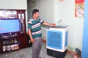 Người dân xã đảo Nhơn Châu phấn khởi đón điện lưới quốc gia